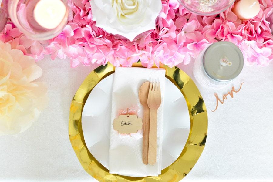 idée décoration table doré rose assiettes jetables carton brillant-min