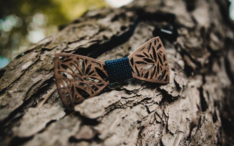 Le noeud-papillon en bois : l'accessoire original du marié